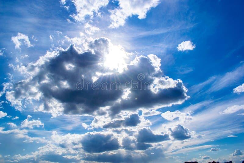 Nubes en cielo azul brillante con el sol imágenes de archivo libres de regalías