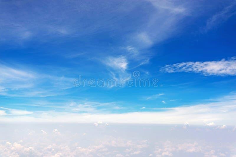 nubes en cielo azul del aeroplano foto de archivo libre de regalías