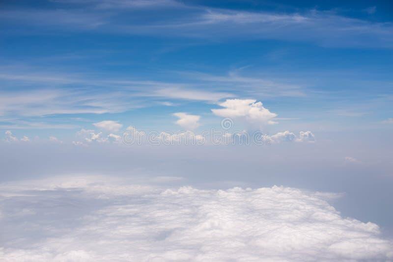 nubes en cielo azul del aeroplano foto de archivo