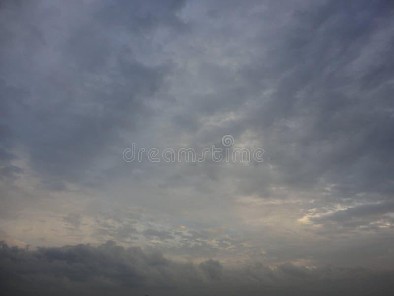 Nubes en cielo de la tarde del otoño imagen de archivo libre de regalías
