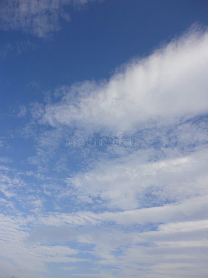 Nubes en cielo del otoño fotografía de archivo