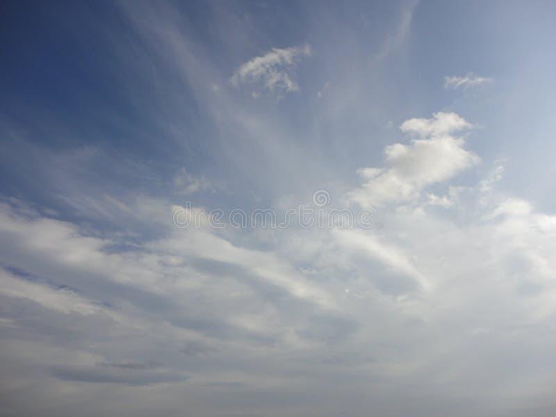 Nubes en cielo del otoño fotos de archivo