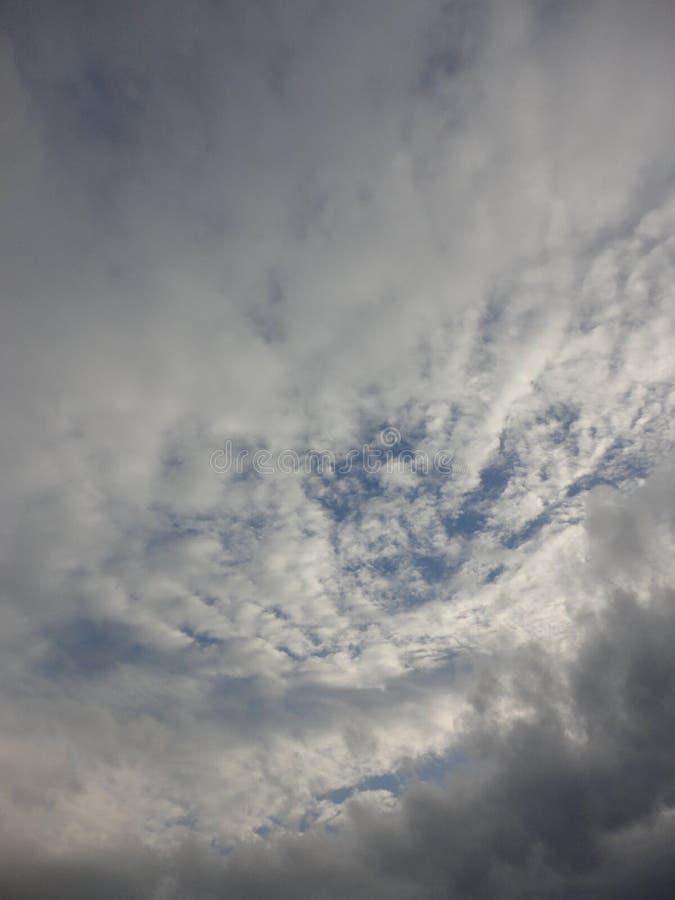 Nubes en cielo del otoño imagen de archivo