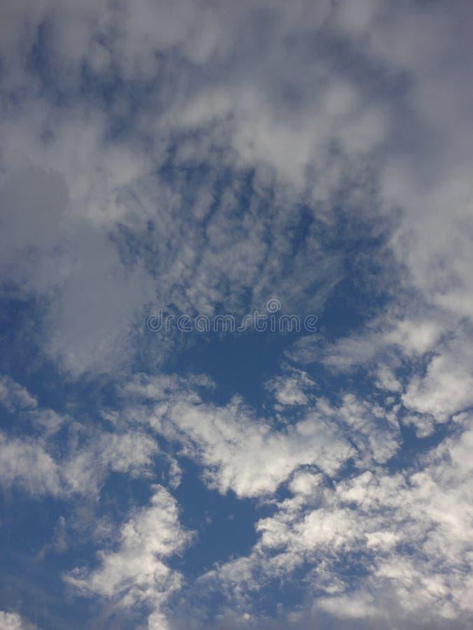 Nubes en cielo del otoño imagenes de archivo