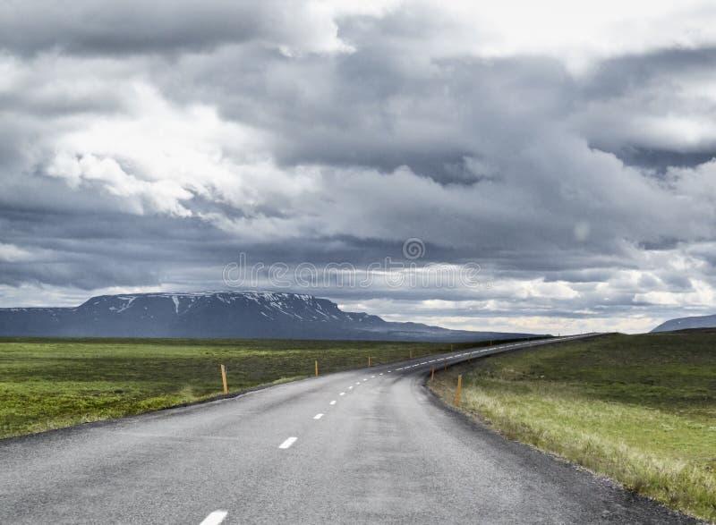Nubes en el camino en Islandia imagen de archivo