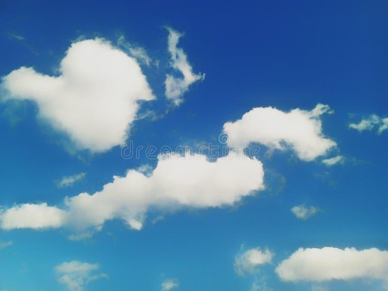 Nubes en el cielo azul foto de archivo
