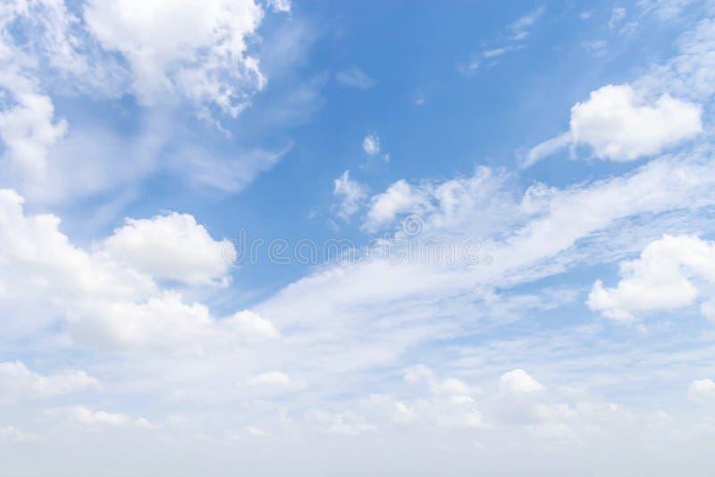Download Nubes en el cielo azul foto de archivo. Imagen de campo - 42425858