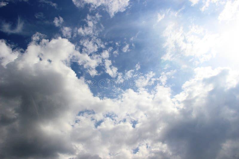nubes en el cielo de la primavera, todas las sombras del azul funcionamiento en las nubes del sol en el cielo azul inmediatamente imagenes de archivo