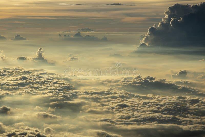 Nubes en el cielo de la ventana del aeroplano fotografía de archivo