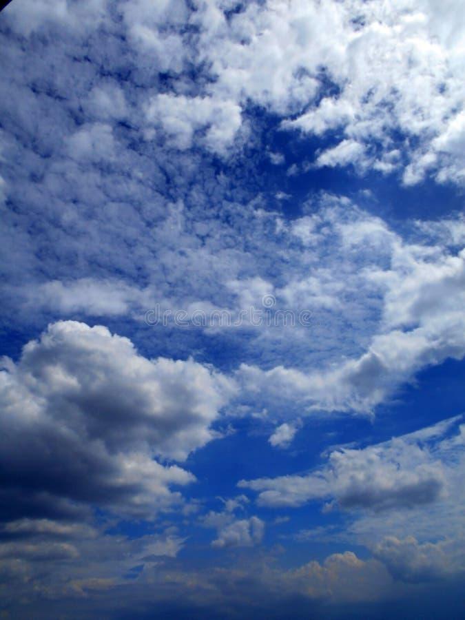 Nubes en el fondo del cielo azul imagenes de archivo