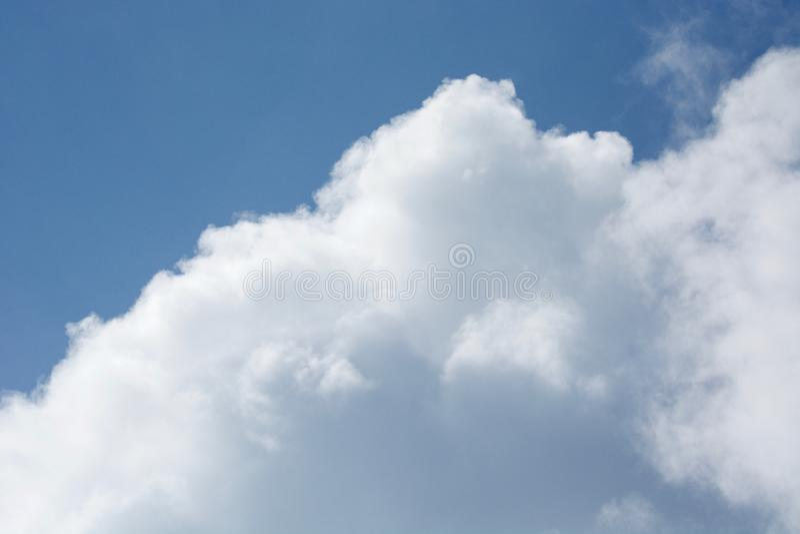 Nubes en el horizonte imagenes de archivo