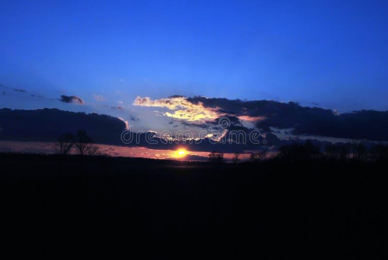 Nubes en el horizonte en los rayos pasados del sol imagen de archivo libre de regalías