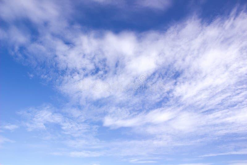 Nubes en el movimiento en un cielo azul imagen de archivo