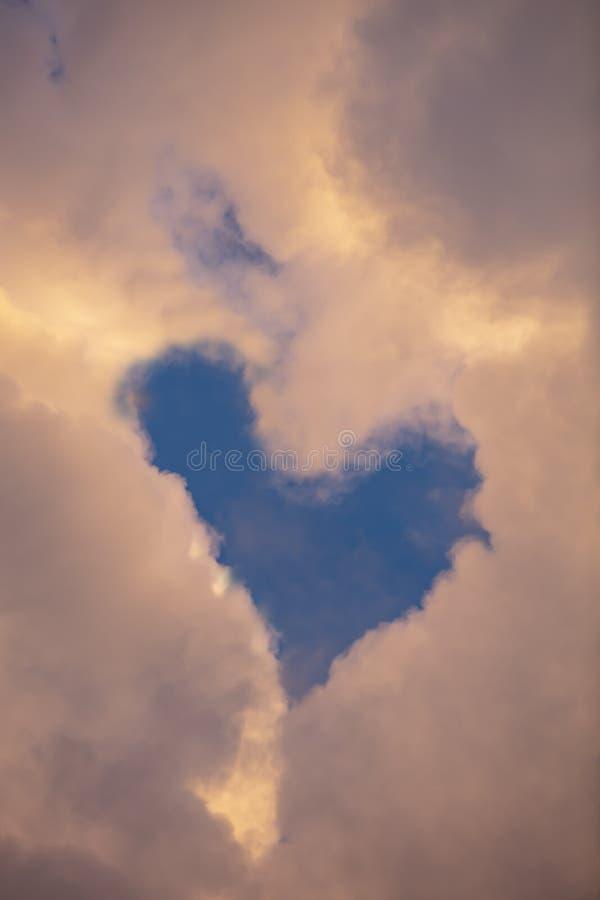 Nubes en forma de corazón en el cielo azul fotografía de archivo libre de regalías