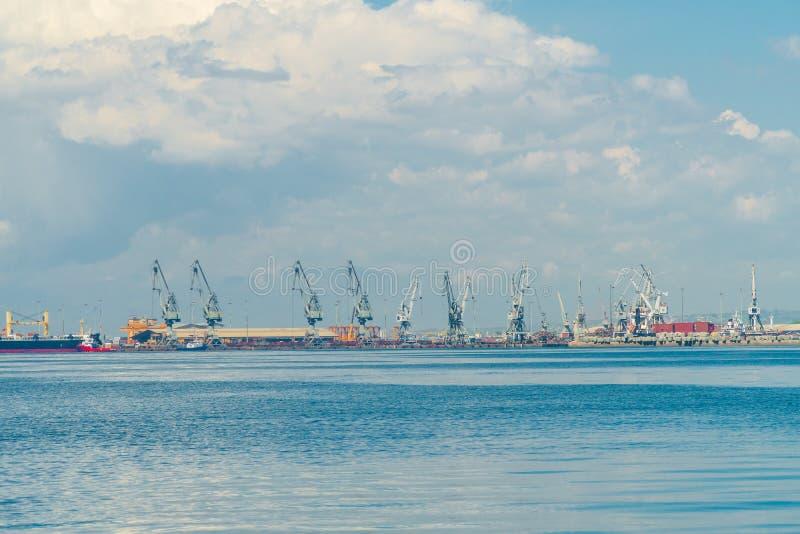 : nubes en la ciudad el puerto y el área industrial de la ciudad imagen de archivo libre de regalías
