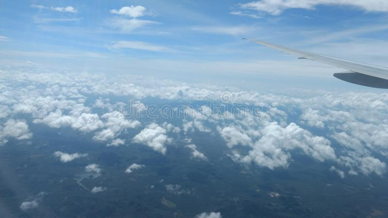 Nubes en la opinión superior del cielo azul, papel pintado del fondo, paisaje fotografía de archivo libre de regalías