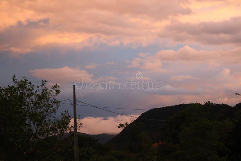 Nubes en la playa de la puesta del sol de la ciudad de la montaña fotografía de archivo libre de regalías