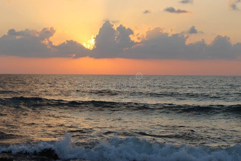 Nubes en la puesta del sol en el mar imágenes de archivo libres de regalías