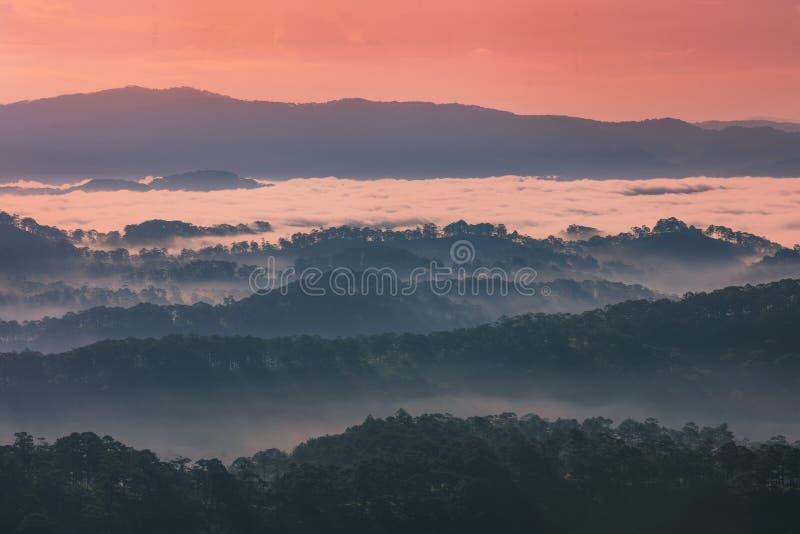 Nubes en las montañas foto de archivo