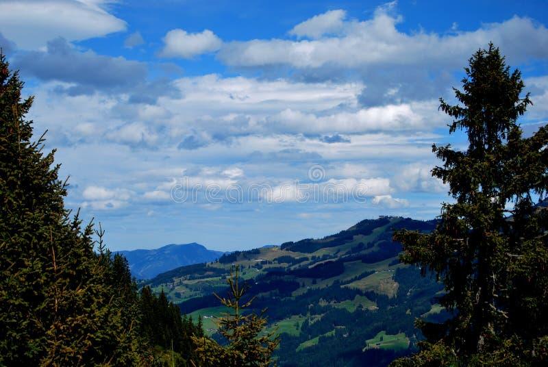 Nubes en las montañas fotos de archivo libres de regalías