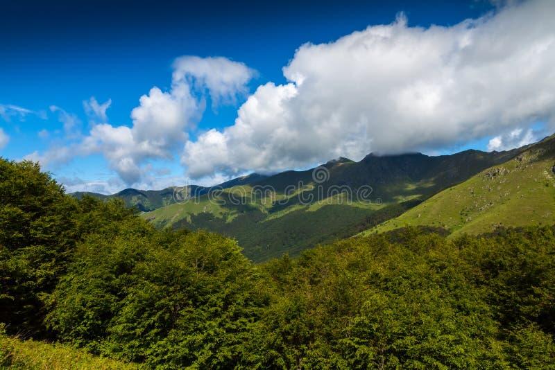 Nubes en las montañas imágenes de archivo libres de regalías