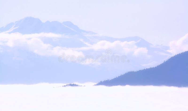 Nubes en las monta?as imagen de archivo