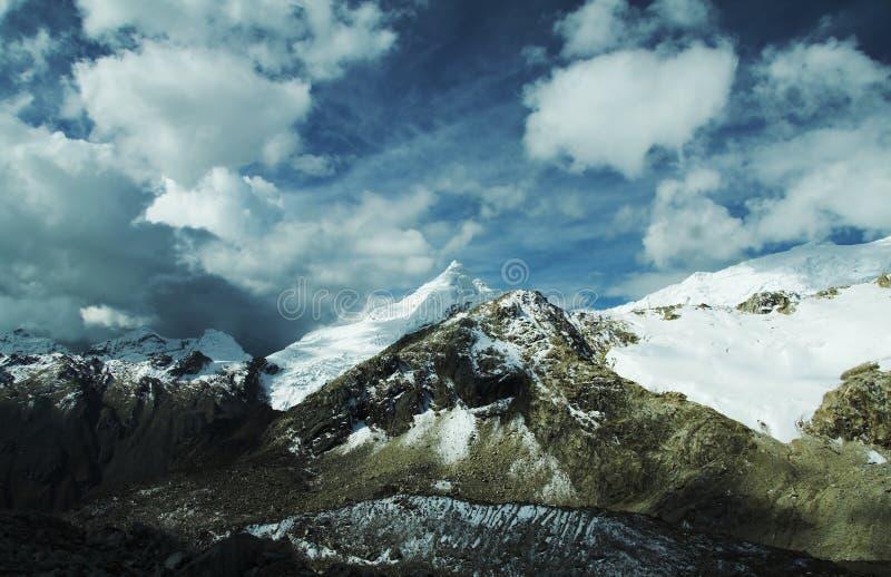 Nubes en montaña de las cordilleras fotografía de archivo libre de regalías