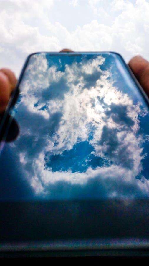 Nubes en teléfono imagenes de archivo