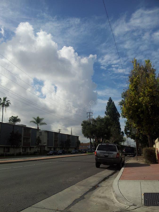 Nubes en un día azul brillante foto de archivo