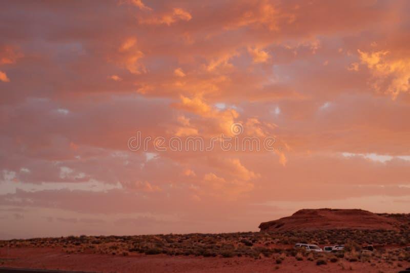 Nubes en una puesta del sol coloreada roja en la meseta del desierto de Colorado en Tuba City, Estados Unidos foto de archivo