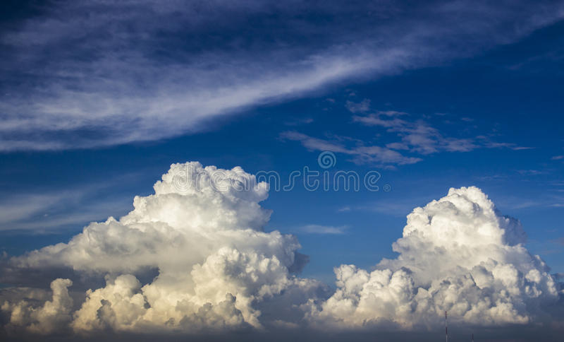 Nubes enormes hermosas fotos de archivo