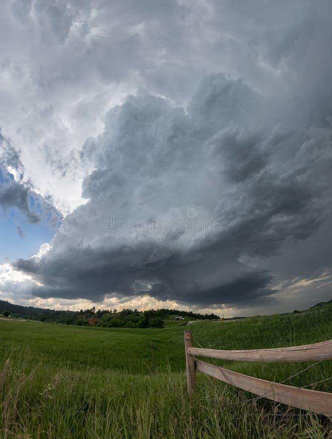 Nubes giratorias de la pared de una tempestad de truenos del supercell de Dakota del Sur foto de archivo