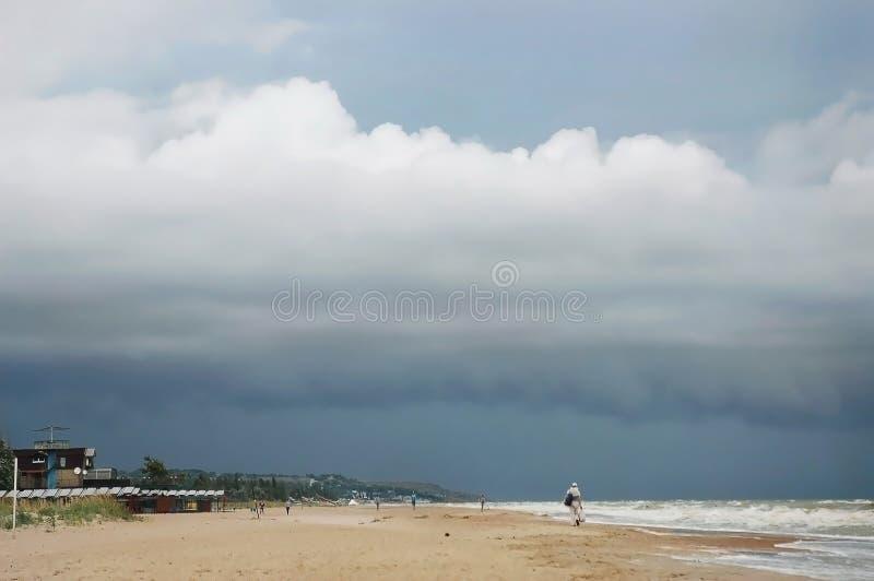 Nubes grandes, cielo lluvioso y opinión tempestuosa de la playa foto de archivo libre de regalías
