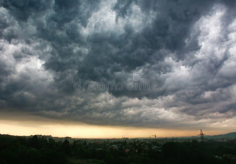Nubes grises tempestuosas en el cielo sobre la ciudad, tiempo lluvioso imagenes de archivo