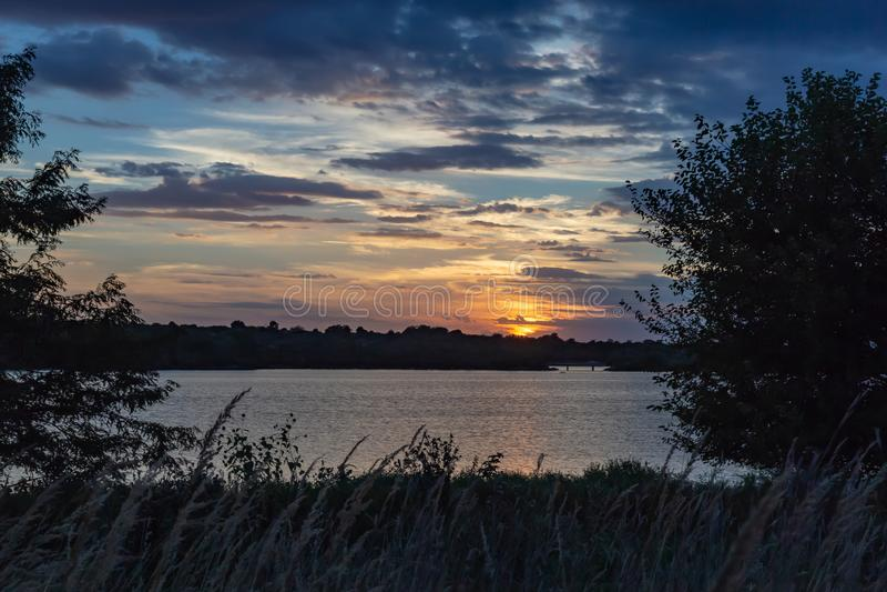 Nubes hermosas dramáticas en la puesta del sol sobre el lago Zorinsky Omaha Nebraska imágenes de archivo libres de regalías