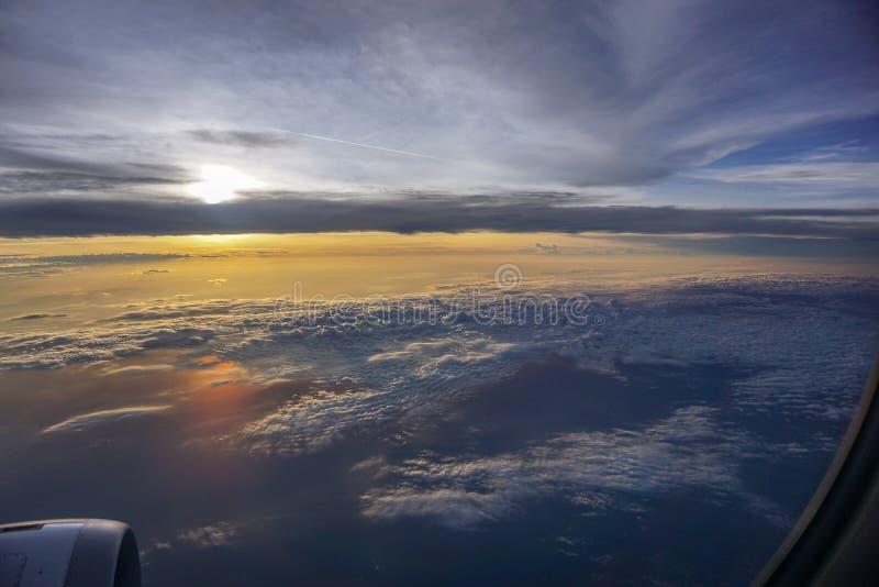 Nubes hermosas en el cielo por la mañana de la ventana del aeroplano fotografía de archivo