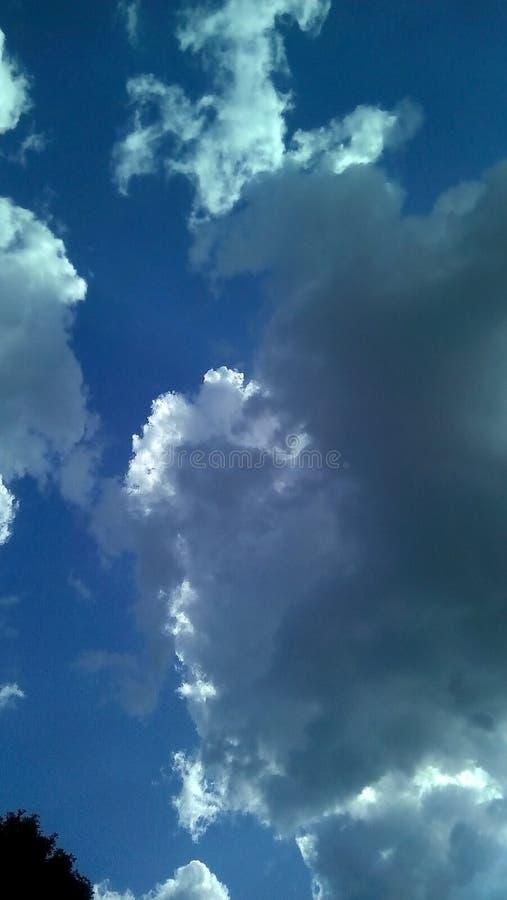 Nubes hermosas en el cielo en un día soleado del verano Sombras delicadas de blanco, gris, azul fotografía de archivo