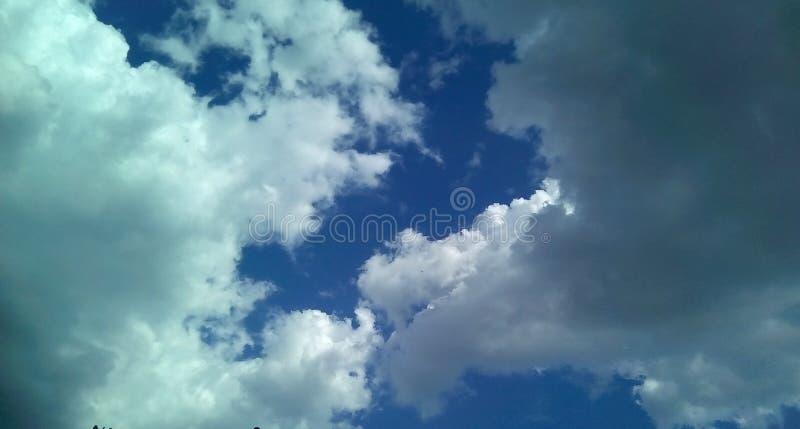 Nubes hermosas en el cielo en un día soleado del verano Sombras delicadas de blanco, gris, azul foto de archivo libre de regalías