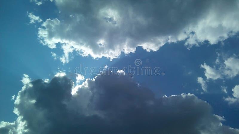 Nubes hermosas en el cielo en un día soleado del verano Sombras delicadas de blanco, gris, azul imagenes de archivo