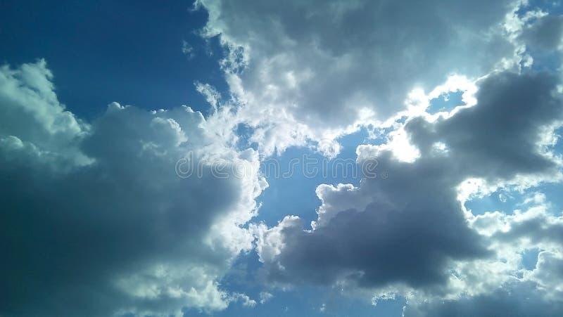 Nubes hermosas en el cielo en un día soleado del verano Sombras delicadas de blanco, gris, azul fotografía de archivo libre de regalías