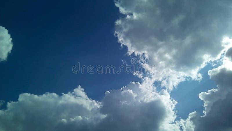 Nubes hermosas en el cielo en un día soleado del verano Sombras delicadas de blanco, gris, azul foto de archivo
