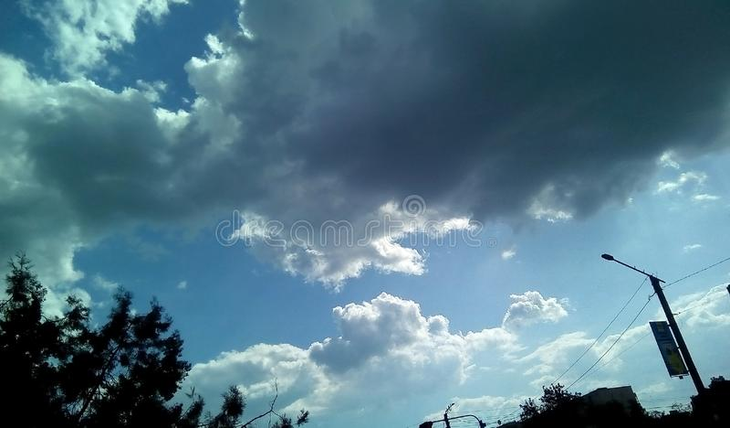 Nubes hermosas en el cielo en un día soleado del verano Sombras delicadas de blanco, gris, azul fotos de archivo