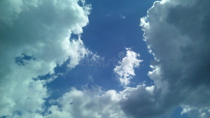 Nubes hermosas en el cielo en un día soleado del verano Sombras delicadas de blanco, gris, azul fotos de archivo libres de regalías