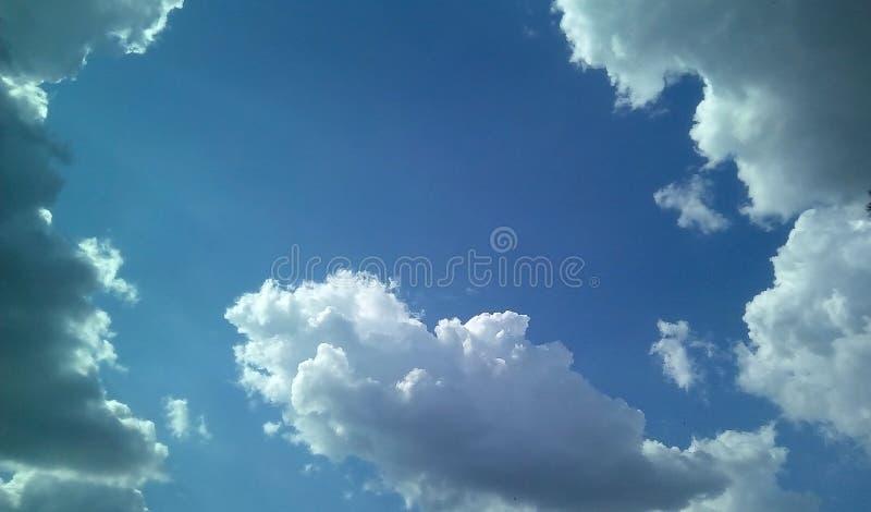 Nubes hermosas en el cielo en un día soleado del verano Sombras delicadas de blanco, gris, azul imagen de archivo