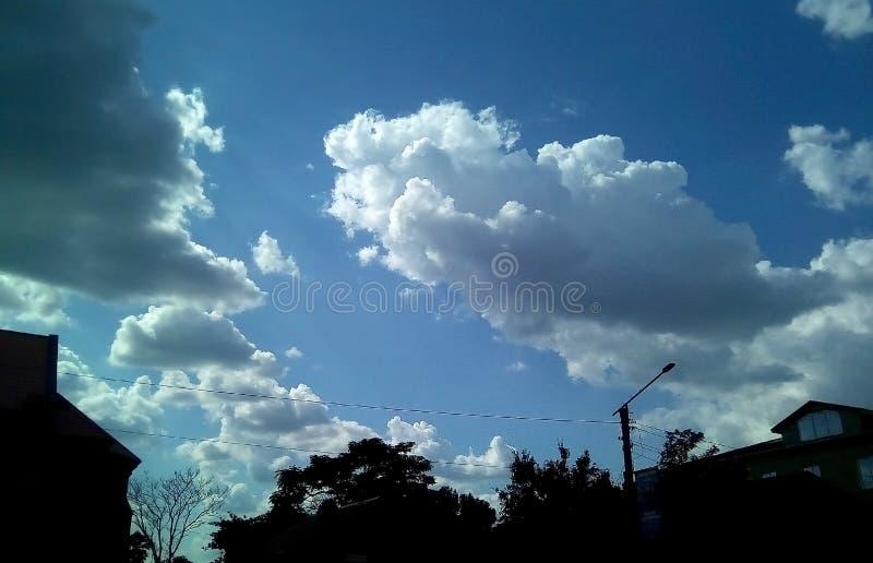 Nubes hermosas en el cielo en un día soleado del verano Sombras delicadas de blanco, gris, azul imagen de archivo libre de regalías