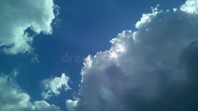 Nubes hermosas en el cielo en un día soleado del verano Sombras delicadas de blanco, gris, azul imágenes de archivo libres de regalías