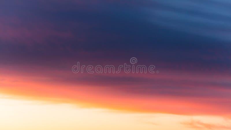 Nubes hermosas en la puesta del sol como fondo abstracto imagenes de archivo