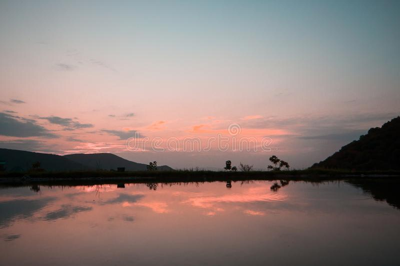 Nubes hermosas que vuelan sobre el lago cerca de las montañas Tiempo de la tarde tirado sobre las nubes azerbaijan El Cáucaso gra fotografía de archivo libre de regalías