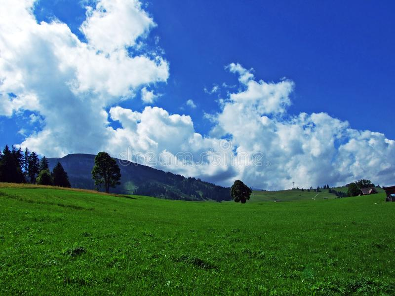Nubes hermosas sobre el macizo alpino Alpstein y el Thur River Valley de la montaña imagen de archivo