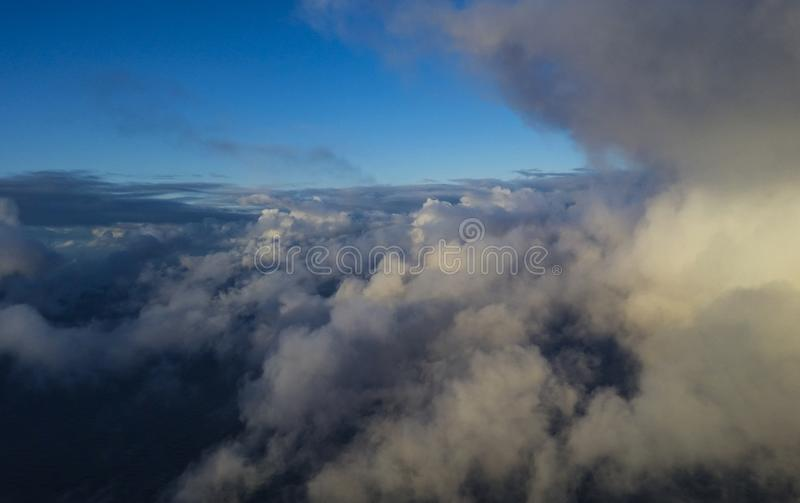 Nubes hermosas sobre el mar fotos de archivo